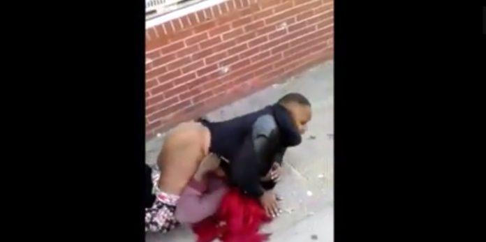 une femme tente de violer un homme en pleine rue