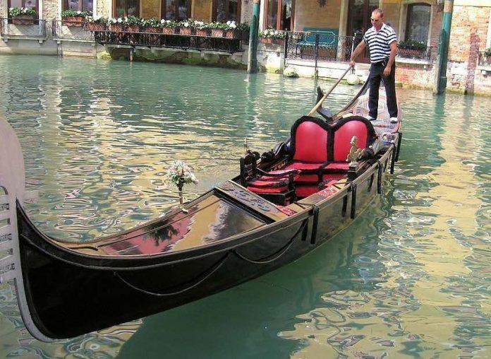 Un Couple de Français vole une gondole à Venise