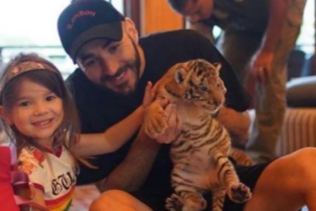 Karim Benzema : la photo avec le bébé tigre crée la polémique