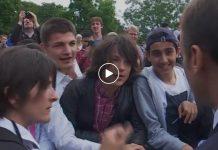 Macron recadre un adolescent qui l'avait appelé « Manu » (Vidéo)