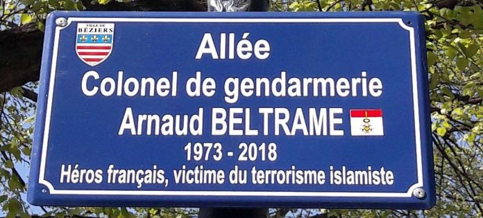 Une plaque hommage à Arnaud Beltrame qui dérange