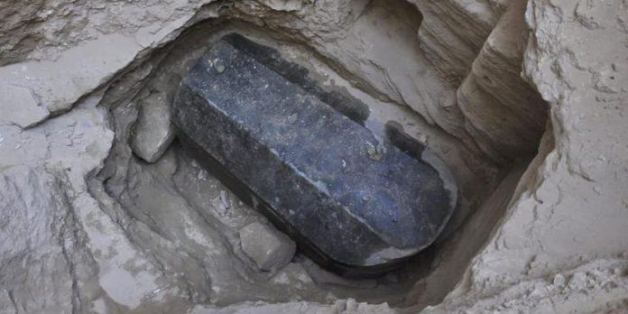 Alexandrie : Découverte d'un sarcophage noir vieux
