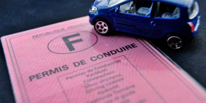 Macron baisse le coût du permis de conduire (détail)