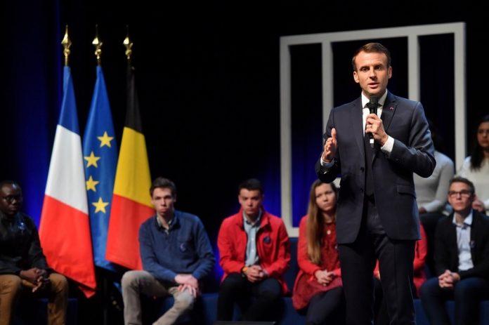 Macron interpellé et traité de