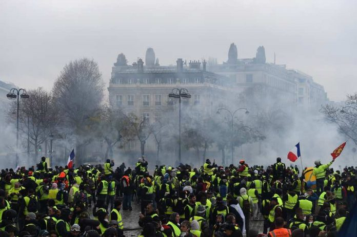 Tension sur les Champs Elysées gilets jaunes et police (Vidéo)