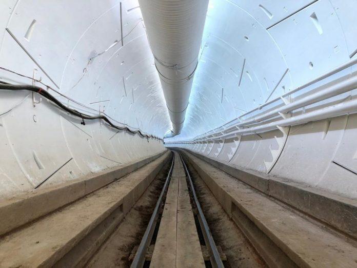 Elon Musk: le tunnel test a été inauguré (Vidéo)