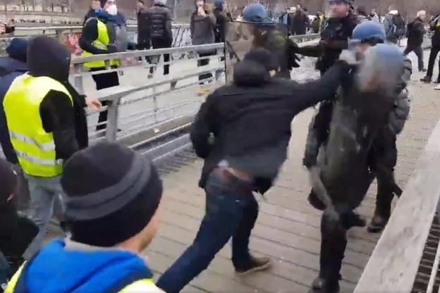 Gilets jaunes: un boxeur soupçonné d'avoir frappé un gendarme (Photo)