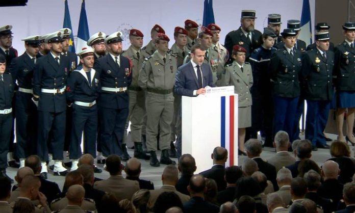 Macron promet de sauter en parachute