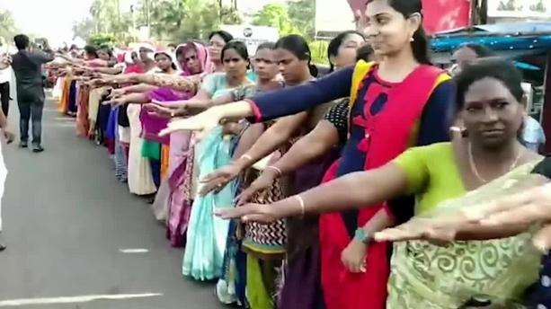 Temple: Deux femmes entrent dans l'un des sanctuaires hindous les plus sacrés