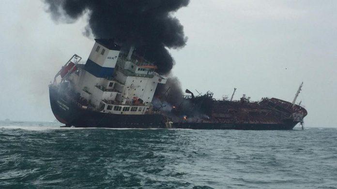 Un pétrolier part en flammes au large d'Hong Kong (Détail)