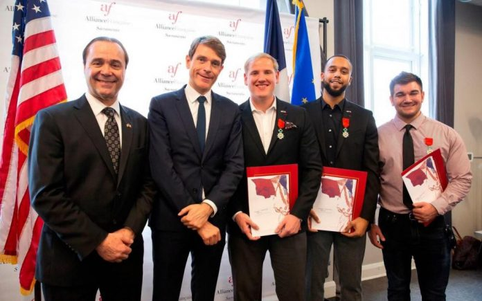 Les héros du Thalys ont reçu la nationalité française (Détail)