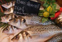 Un ver parasite dans un poisson à la poissonnerie d'Intermarché