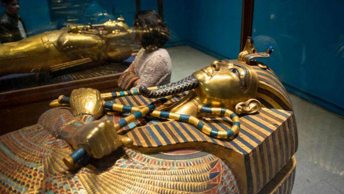 Un sarcophage ouvert en direct à la télévision (détail)
