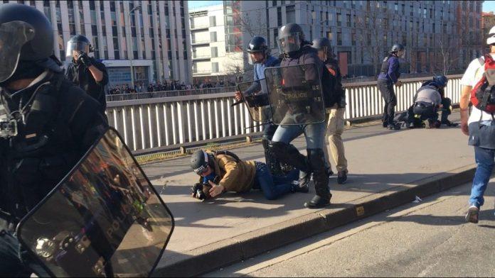 Plus de 300 journalistes dénoncent les violences policières (détail)
