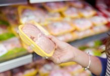 Des poulets gorgés d'eau vendus à des associations caritatives (détail)