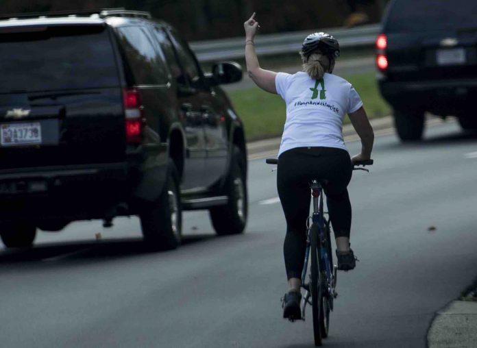 La cycliste virée après son doigt d'honneur à Trump reçoit plus de 120 000 $