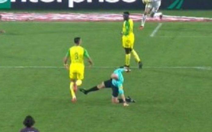 Nantes - PSG : Le tacle lunaire de l'arbitre Tony Chapron
