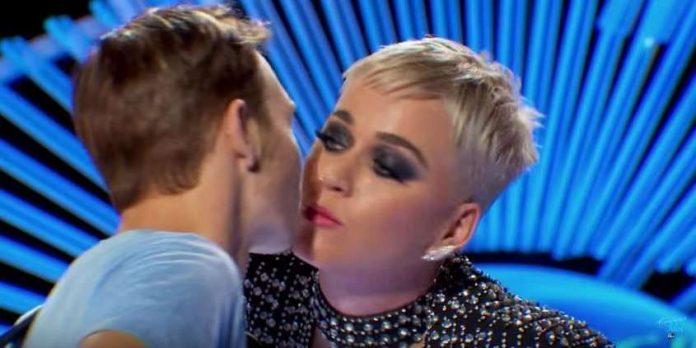 Controverse autour d'un bisou volé par Katy Perry (Vidéo)