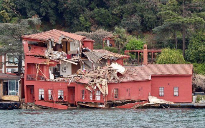 Collision : Un cargo éventre une villa à Istanbul