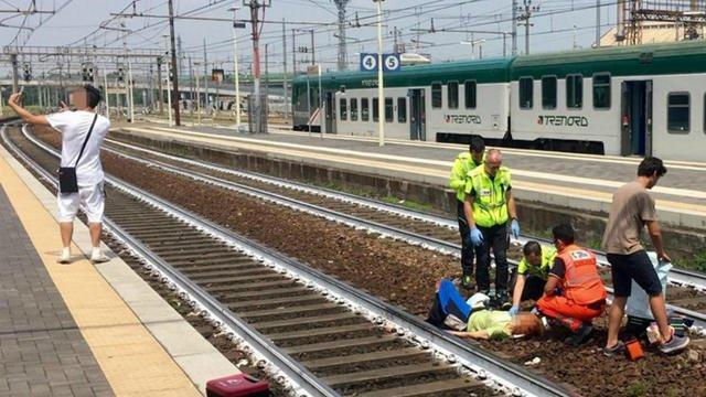 Selfie choquant : Un homme pose devant une femme blessée en Italie