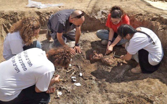 Découverte d'une boucle d'oreille vieille de 2 200 ans dans un site de fouilles