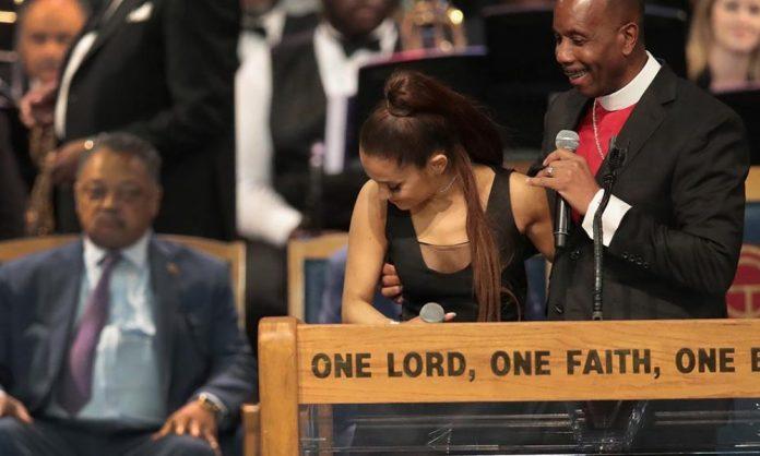 Ariana Grande : évêque s'excuse d'avoir touché le sein de la star