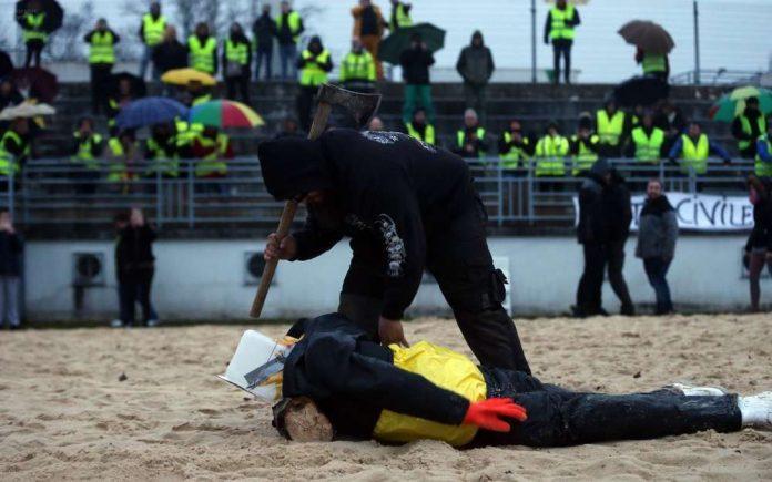 Gilets jaunes: l'effigie de Macron décapitée en Charente (Photo)