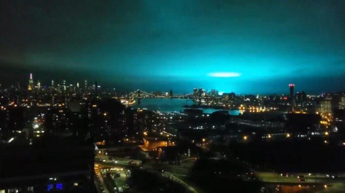 New York l'explosion dans une Centrale électrique rempli le ciel de lumière bleue
