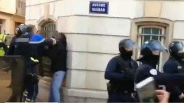 Un Policier frappe des manifestants