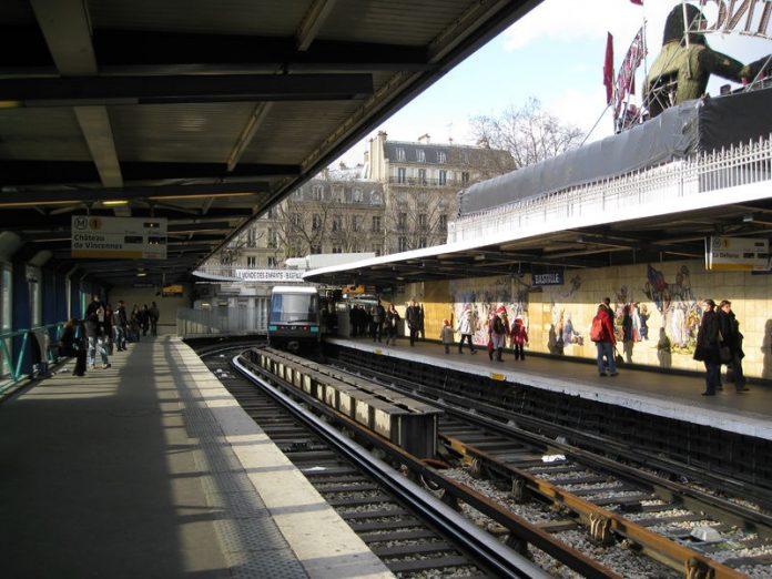 Attaque à l'acide dans le métro à Paris: un homme grièvement blessé