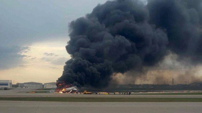 Avion en feu à l'aéroport de Moscou: le bilan passe à 41 morts