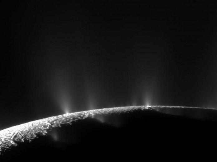 Des molécules organiques prometteuses sur La lune glacée de Saturne