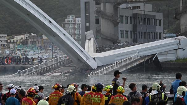 Un pont de 140 mètres s'effondre à Taïwan (Vidéo)