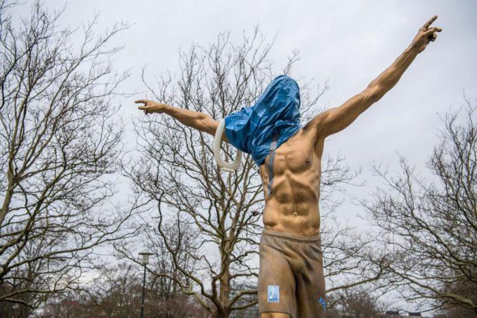 Des supporters de Malmö vandalisent la statue de Zlatan (détail)