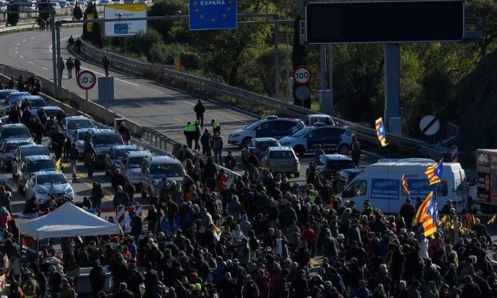 L'autoroute entre l'Espagne et la France bloquée par des manifestants
