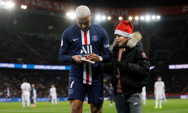 En plein PSG-Amiens, Kylian Mbappé signe un autographe (Vidéo)