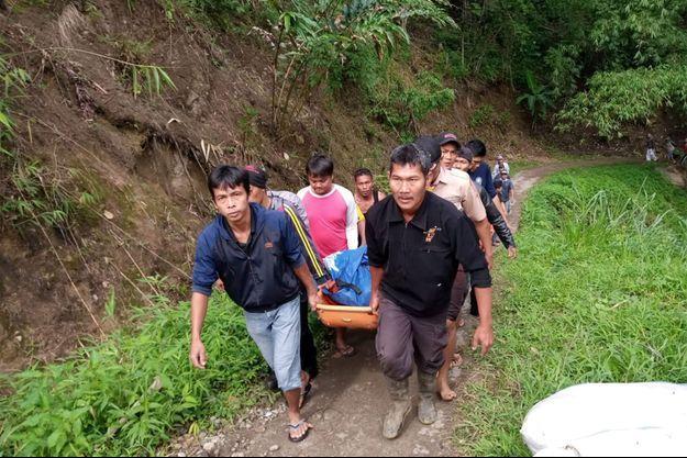 Indonésie : un bus chute dans un immense ravin (détail)