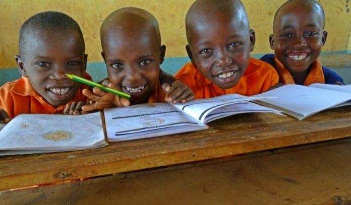 Kenya : Une pilule miracle contre l'absentéisme à l'école (détail)