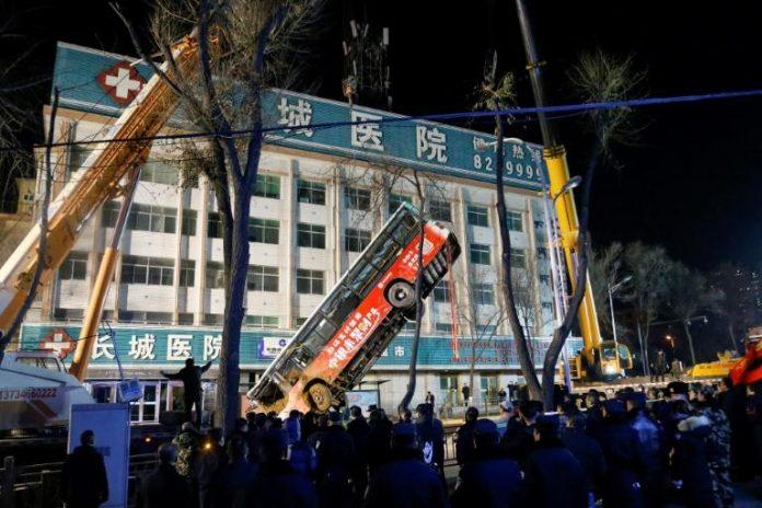 Chine : un bus englouti par un trou dans la chaussée (Vidéo)
