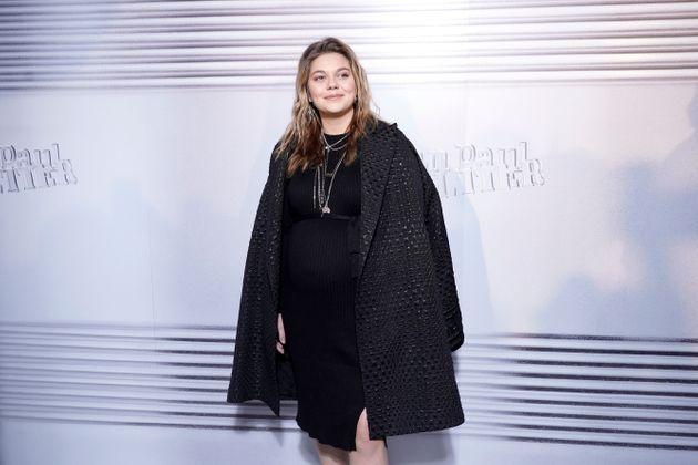Louane officialise sa grossesse sur le tapis rouge (Vidéo)