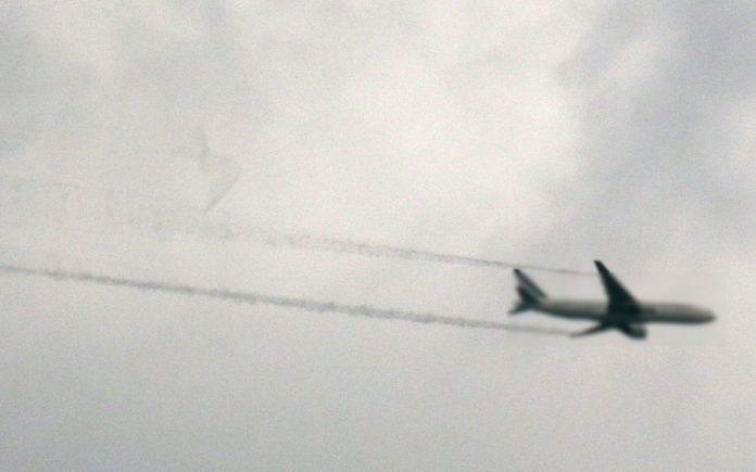 Un avion largue son carburant au dessus d'une école (détail)