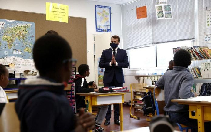 Emmanuel Macron visite une école pour rassurer les parents (Vidéo)