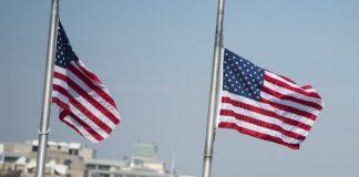 Les drapeaux américains mis en berne pour honorer les victimes du COVID-19