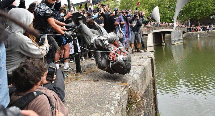 La statue d'un négrier déboulonnée et jetée à l'eau à Bristol (Vidéo)