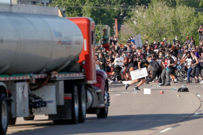 Minneapolis : Un camion fonce dans la foule de manifestants