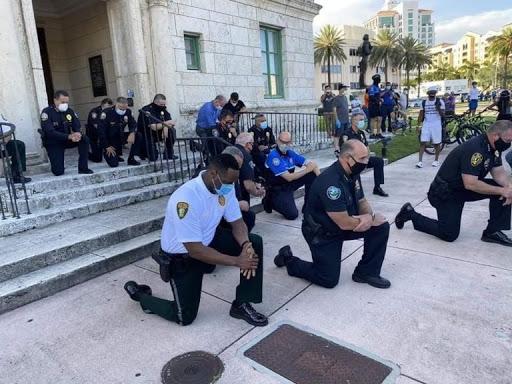Mort de George Floyd : des policiers mettent un genou à terre (Image)