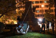 Washington: La statue d'un général confédéré déboulonnée par les manifestants