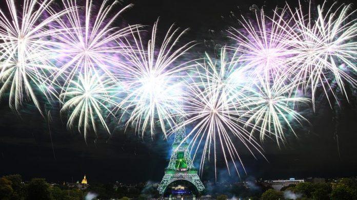 Forte affluence pour le feu d'artifice à Paris (détail)
