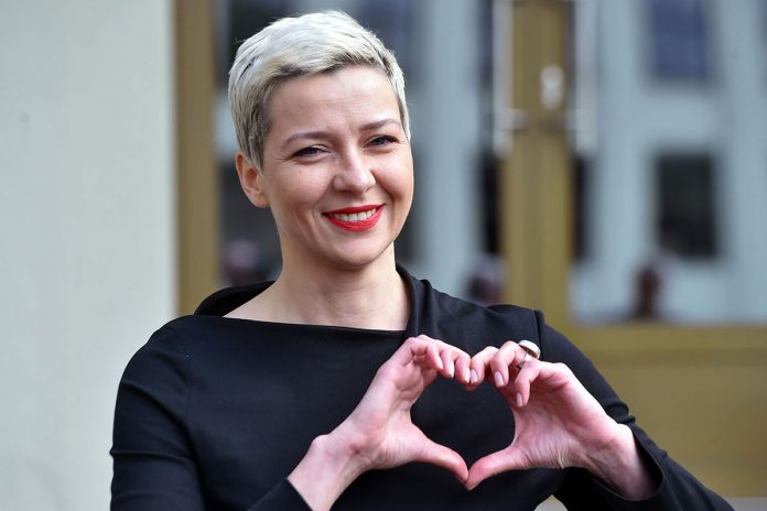 L'opposante Kolesnikova déchire son passeport pour éviter l'exil forcé (détail)
