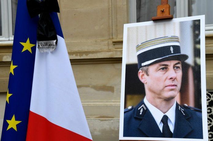 Arnaud Beltrame «victime de son héroïsme» : une plaque commémorative indigne (détail)